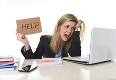 Junger schöner Geschäftsfrau-Leidendruck, der im Büro bittet um die Hilfe glaubt ermüdet arbeitet Lizenzfreie Stockbilder