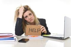 Junger schöner Geschäftsfrau-Leidendruck, der im Büro bittet um die Hilfe glaubt ermüdet arbeitet Lizenzfreie Stockfotografie