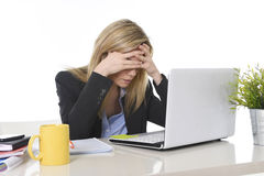 Junger schöner Geschäftsfrau-Leidendruck, der im Büro frustriert und traurig arbeitet lizenzfreies stockbild