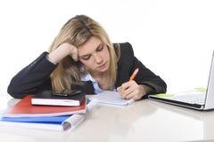 Junger schöner Geschäftsfrau-Leidendruck, der im Büro frustriert und traurig arbeitet stockbilder