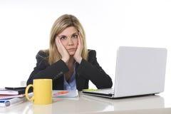 Junger schöner Geschäftsfrau-Leidendruck, der im Büro frustriert und traurig arbeitet lizenzfreie stockfotografie