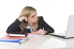 Junger schöner Geschäftsfrau-Leidendruck, der im Büro frustriert und traurig arbeitet stockbild
