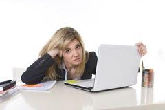 Junger schöner Geschäftsfrau-Leidendruck, der im Büro frustriert und traurig arbeitet stockfoto