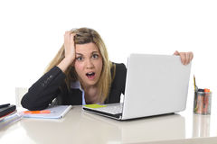 Junger schöner Geschäftsfrau-Leidendruck, der im Büro frustriert und traurig arbeitet stockfotos