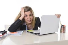 Junger schöner Geschäftsfrau-Leidendruck, der im Büro frustriert und traurig arbeitet lizenzfreies stockfoto