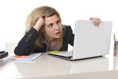 Junger schöner Geschäftsfrau-Leidendruck, der im Büro frustriert und traurig arbeitet lizenzfreie stockfotos