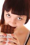 Junger schöner Glutton essen die getrennte Schokolade stockfotos