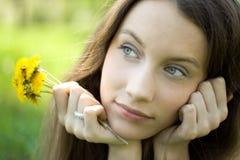 Junger schöner Jugendlicher mit Löwenzahnblumenstrauß stockfoto
