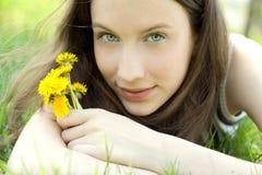 Junger schöner Jugendlicher mit Löwenzahnblumenstrauß stockbilder