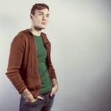 Junger schöner Mann im Studio lizenzfreie stockbilder
