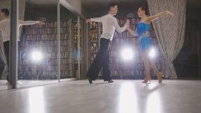 Junger schöner Mann und Frau, die oben lateinischen Tanz in den Kostümen im Studio, Abschluss, in der Aktion tanzt und probt lizenzfreie stockfotografie