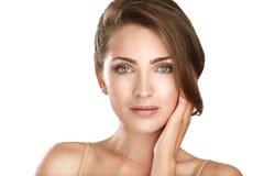 Junger schöner Modellabschluß, der oben für perfekte Haut aufwirft lizenzfreie stockfotos