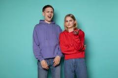 Junger schöner Paarmann und -frau in der zufälligen Kleidung mit Überraschung und entsetztem Gesichtsausdruck stockfotografie