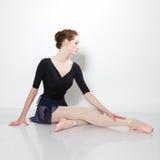 Junger schöner Tänzer, der auf einem Studio aufwirft lizenzfreies stockbild