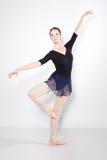 Junger schöner Tänzer, der auf einem Studio aufwirft lizenzfreie stockfotografie
