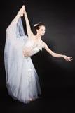 Junger schöner Tänzer, der auf einem Studio aufwirft stockfotografie