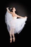Junger schöner Tänzer, der auf einem Studio aufwirft stockbilder