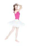 Junger schöner Tänzer, der auf einem Studio aufwirft lizenzfreie stockbilder