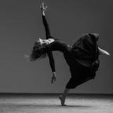 Junger schöner Tänzer wirft im Studio auf stockfotografie