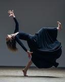 Junger schöner Tänzer wirft im Studio auf lizenzfreies stockfoto
