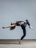 Junger schöner Tänzer wirft im Studio auf lizenzfreie stockbilder