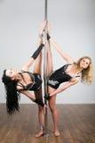 Junger schöner Tänzer zwei, der akrobatische Tricks tut Stockfotos