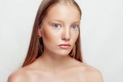 Junger schöner weiblicher Modellabschluß oben, werfend in der Schönheitsart auf Stockfotografie