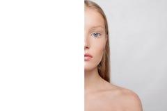 Junger schöner weiblicher Modellabschluß oben, werfend in der Schönheitsart auf Stockbilder