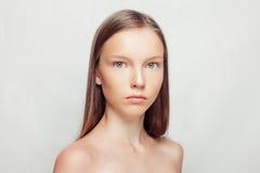 Junger schöner weiblicher Modellabschluß oben, werfend in der Schönheitsart auf Lizenzfreies Stockbild
