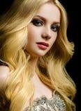 Junger schöner weiblicher Modellabschluß oben, werfend in der Schönheitsart auf Stockfoto