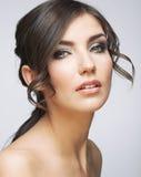Junger schöner weiblicher Modellabschluß oben, werfend in der Schönheitsart auf auf grauem Hintergrund Stockfotografie
