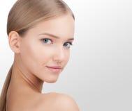 Junger schöner weiblicher Modellabschluß oben, werfend in der Schönheitsart auf Hautpflege-Konzept lokalisiert auf einem weißen H Stockfotos