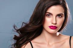 Junger schöner weiblicher Modellabschluß oben, werfend in der Schönheitsart auf Schönes Badekurortmodellmädchen mit perfec Lizenzfreie Stockfotografie