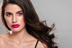 Junger schöner weiblicher Modellabschluß oben, werfend in der Schönheitsart auf Schönes Badekurortmodellmädchen mit perfec Lizenzfreie Stockfotos