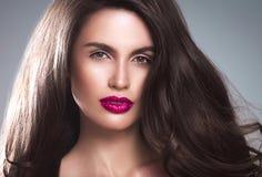 Junger schöner weiblicher Modellabschluß oben, werfend in der Schönheitsart auf Schönes Badekurortmodellmädchen mit perfec Stockfotografie