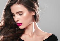 Junger schöner weiblicher Modellabschluß oben, werfend in der Schönheitsart auf Schönes Badekurortmodellmädchen mit perfec Stockfoto