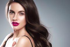 Junger schöner weiblicher Modellabschluß oben, werfend in der Schönheitsart auf Schönes Badekurortmodellmädchen mit perfec Stockbild