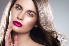 Junger schöner weiblicher Modellabschluß oben, werfend in der Schönheitsart auf Schönes Badekurortmodellmädchen mit perfec Lizenzfreies Stockfoto