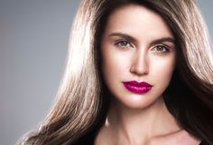 Junger schöner weiblicher Modellabschluß oben, werfend in der Schönheitsart auf Schönes Badekurortmodellmädchen mit perfec Lizenzfreies Stockbild