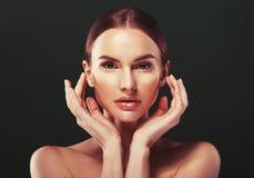 Junger schöner weiblicher Modellabschluß oben, werfend in der Schönheitsart auf Schönes vorbildliches Girl mit perfektem Franc Lizenzfreie Stockfotografie