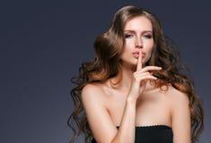 Junger schöner weiblicher Modellabschluß oben, werfend in der Schönheitsart auf Schönes vorbildliches Girl mit perfektem Franc Lizenzfreie Stockfotos