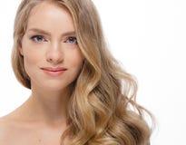 Junger schöner weiblicher Modellabschluß oben, werfend in der Schönheitsart auf Schönes vorbildliches Girl mit perfektem Franc Stockfotos