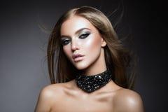 Junger schöner weiblicher Modellabschluß oben, werfend in der Schönheitsart auf Schönes vorbildliches Girl mit perfekter frischer stockbild