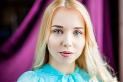 Junger schöner weiblicher Modellabschluß oben, werfend in der Schönheitsart auf Vorbildliches Mädchen, welches das blaue Kleid au Stockbild