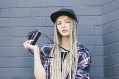 Junger Schönheitsphotograph hält die Kamera Stockbild