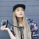 Junger Schönheitsphotograph hält die Kamera Lizenzfreie Stockfotos
