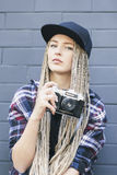 Junger Schönheitsphotograph hält die Kamera Stockbilder