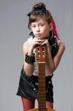 Junger Schalthebel, der mit Gitarre aufwirft lizenzfreie stockfotografie
