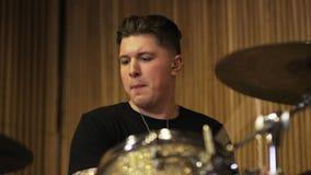 Junger Schlagzeuger Playing ein Trommel-Satz stock footage