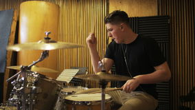 Junger Schlagzeuger Playing ein Trommel-Satz stock video footage